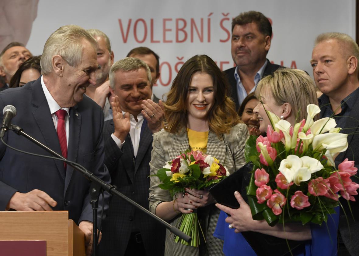 Milan Chovanec (první zprava) ve štábu Miloše Zemana po oznámení výsledku druhého kola prezidentských voleb