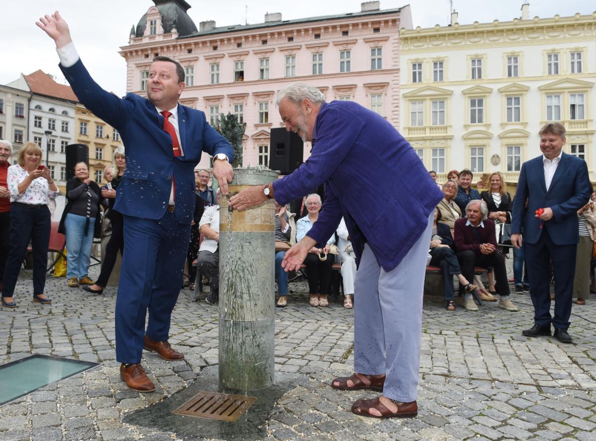 Primátor Antonín Staněk (vlevo) a rodák Ivan Theimer odhalili nová pítka v centru Olomouce