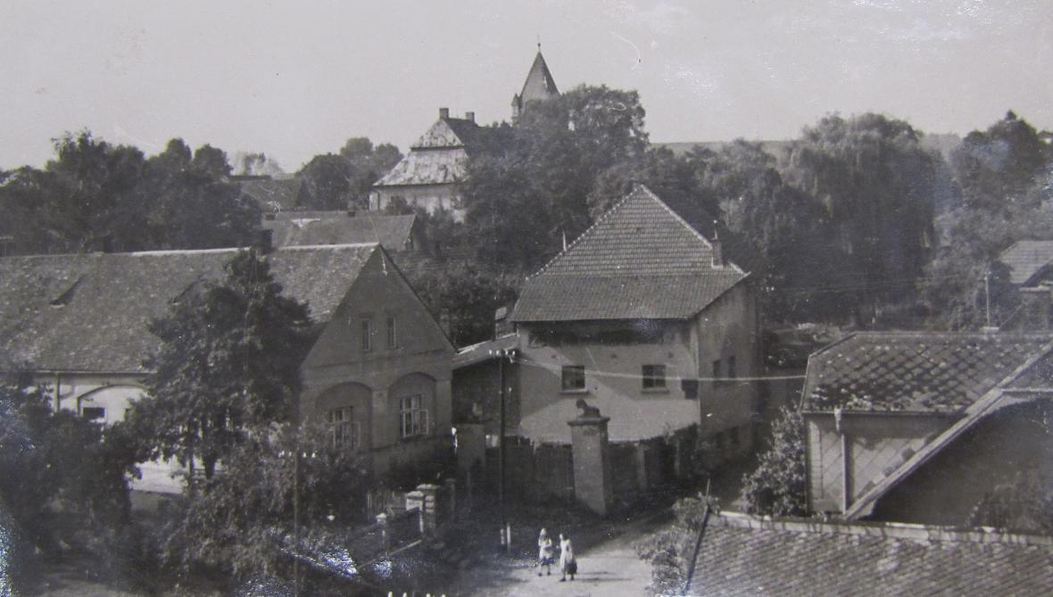 Vršťalův statek čp. 50 (vlevo) na pamětní fotografii