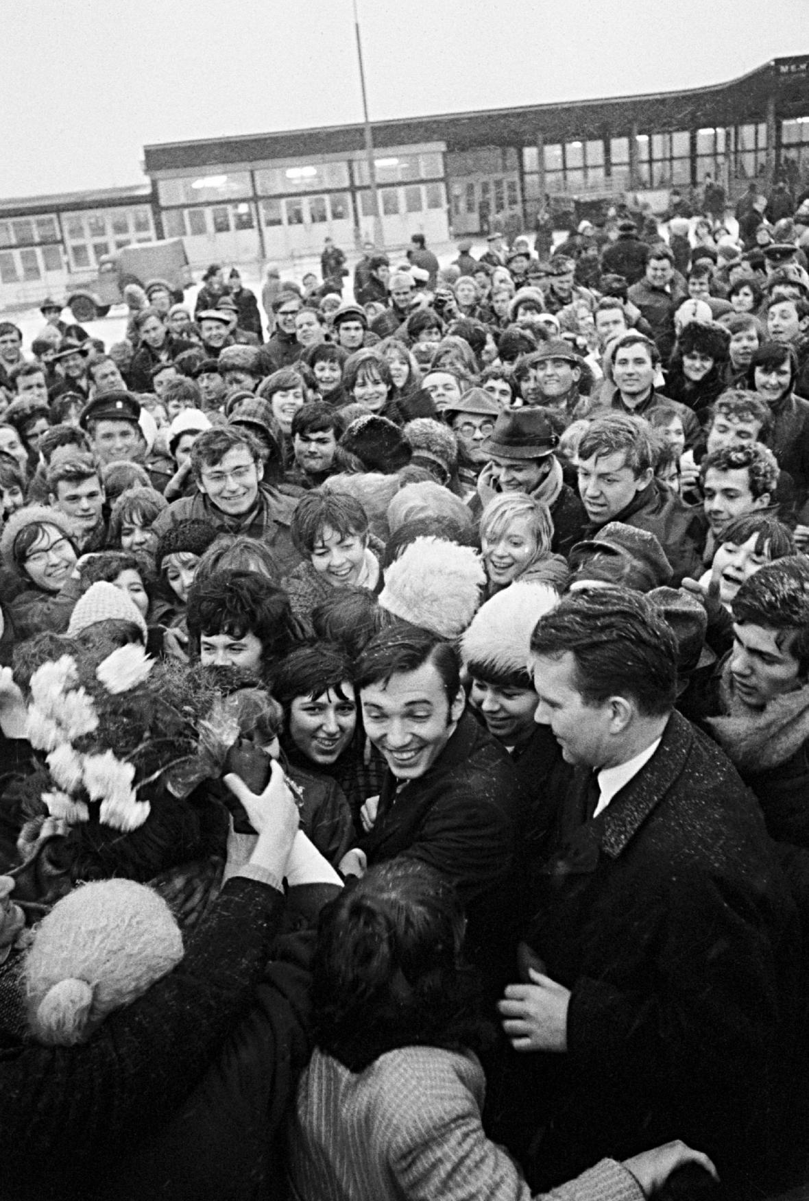 Fanoušci výtají Karla Gotta po návratu z Las Vegas (1967)
