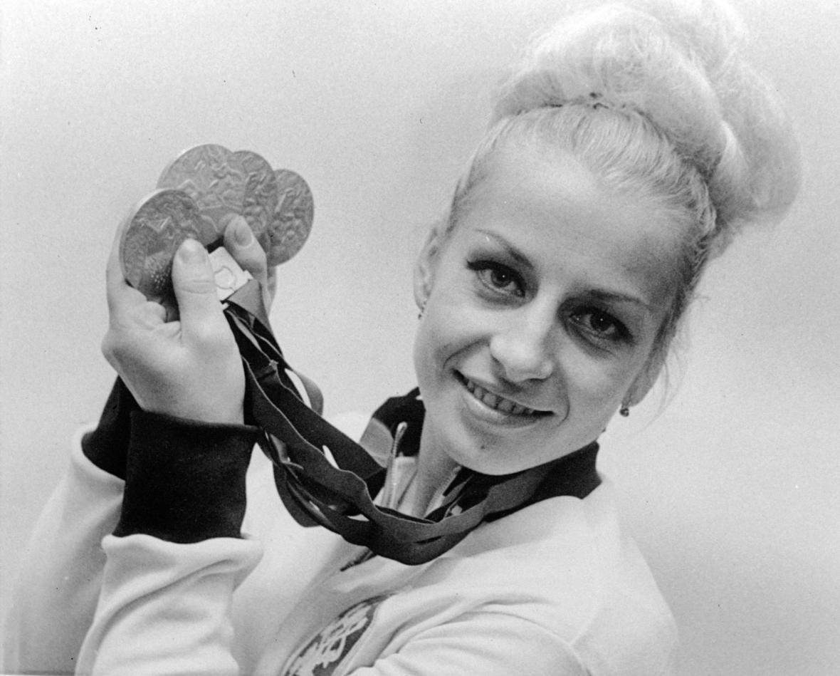 Věra Čáslavská s olympijskými medailemi v roce 1968