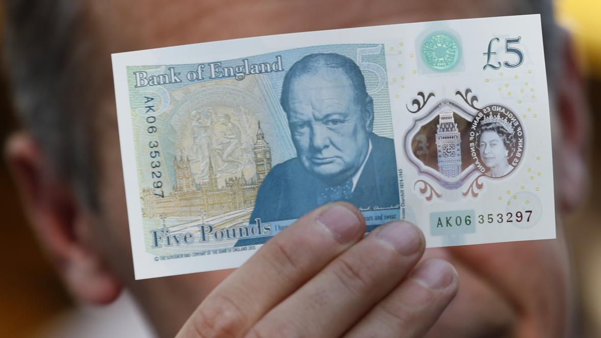 Pětilibrová bankovka s Churchillem