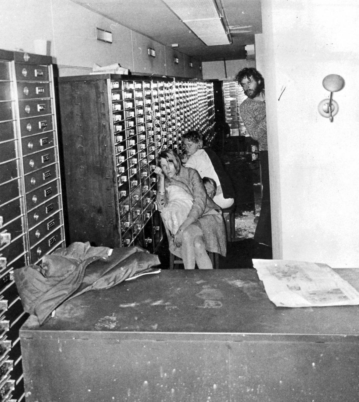 Na policejním fotu z 23. srpna 1973 bankovní lupič Clark Olofsson (vpravo) se dvěma rukojmími v trezoru banky. Snímek byl pořízen kamerou, která byla spuštěna dírou vyvrtanou ve stropě bankovního trezoru.