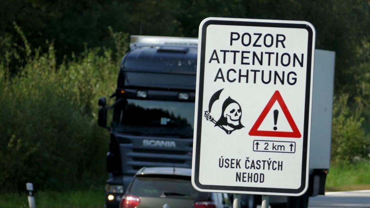 Na nebezpečné úseky, kde často dochází k nehodám, upozorňují i značky