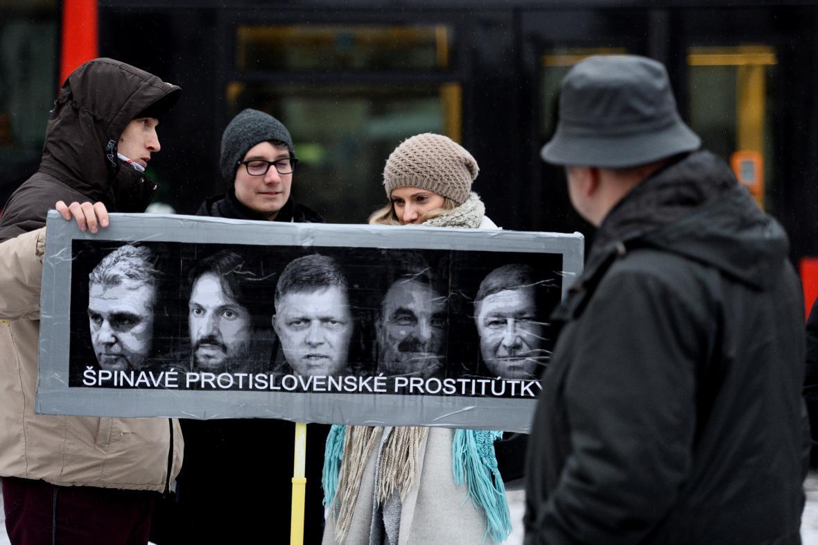 Účastníci pietní akce v Bratislavě. Za