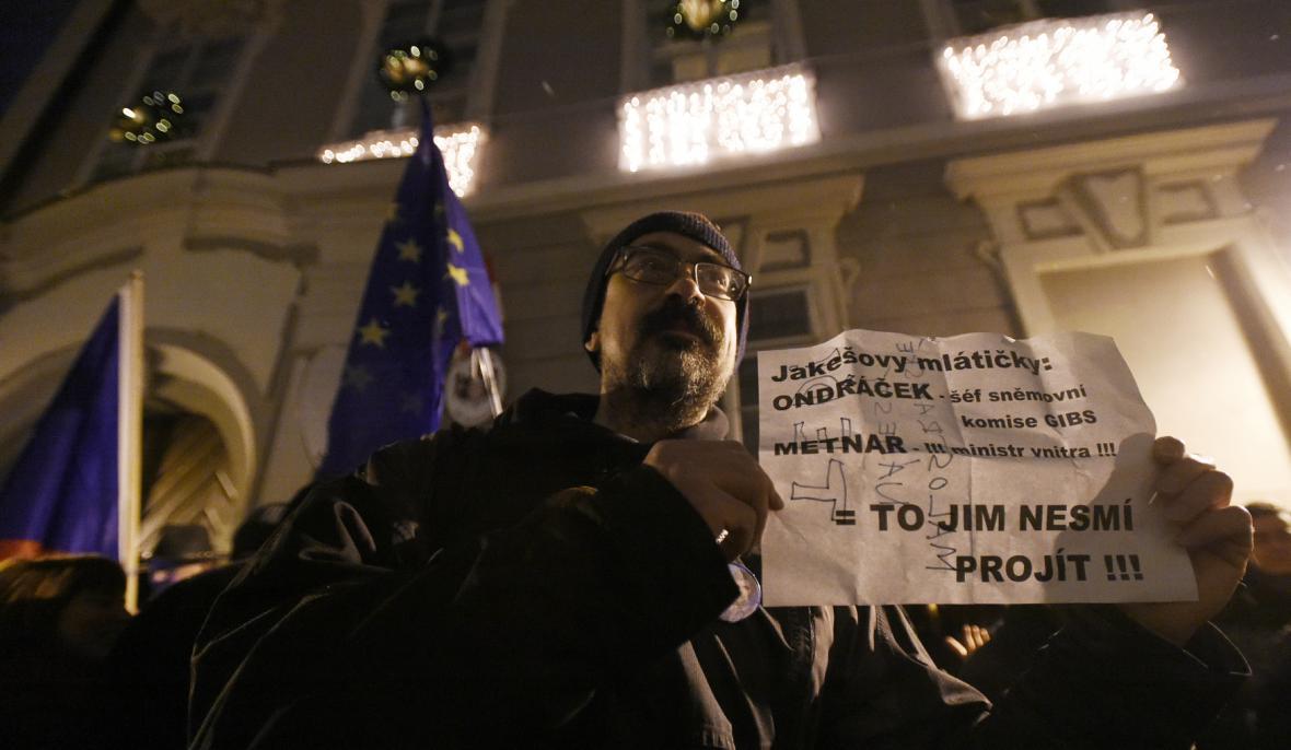 Několik desítek lidí demonstrovalo 19. prosince 2017 před sněmovnou proti zvolení poslance KSČM Zdeňka Ondráčka do čela komise pro kontrolu činnosti GIBS i proti ministru vnitra Lubomíru Metnarovi (za ANO)