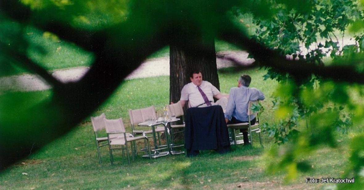 Václav Klaus a Vladimír Mečiar na zahradě vily Tugendhat