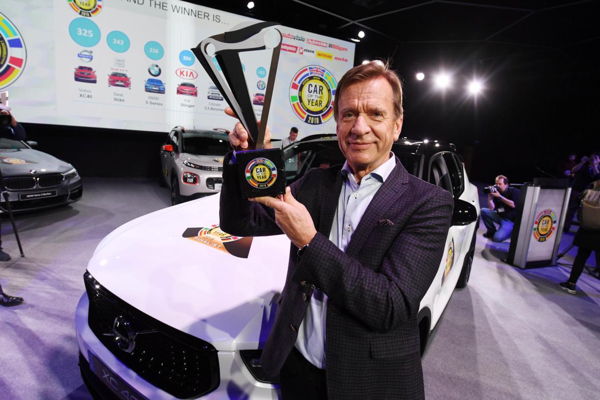 Šéf automobilky Volvo Hakan Samuelsson s oceněním pro model XC40