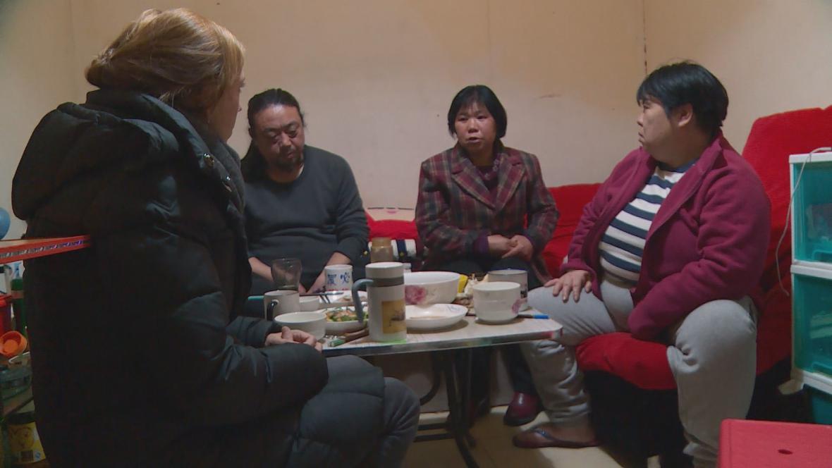 Skupina lidí, kterým pomáhá disidentka Čou Li