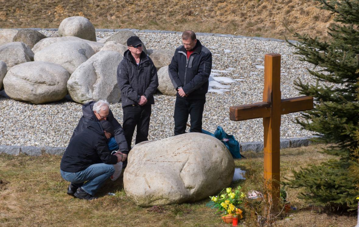 Pozůstalí po obětech nehody při připomínce desátého výročí tragédie (8.3.2013)