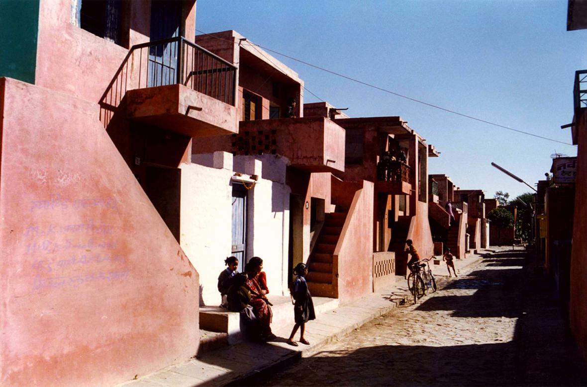 Domky v indickém Indore z dílny Balkrišny Došiho