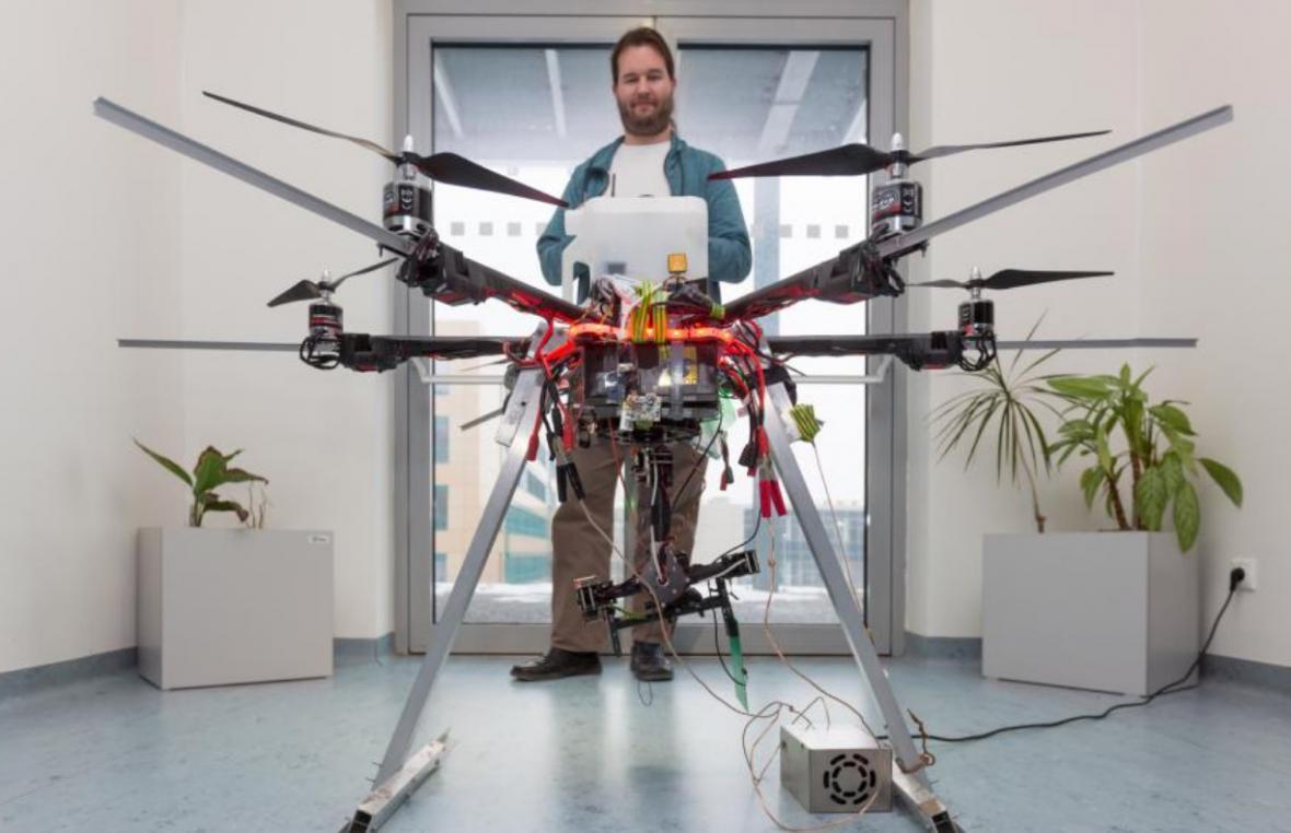 Dron ve spojení s vyhledávací technologií