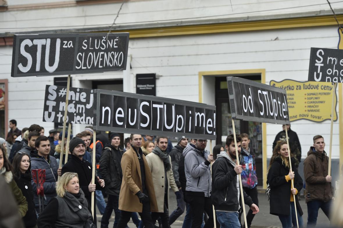 Lidé přicházejí na Náměstí SNP v Bratislavě