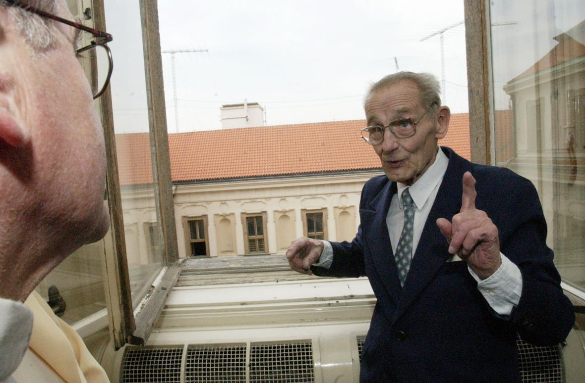 Antonín Sum, poslední tajemník Jana Masaryka, v koupelně bytu v Černínském paláci. Podle něj Masaryk skočil z tohoto okna a spáchal sebevraždu (snímek z roku 2002)
