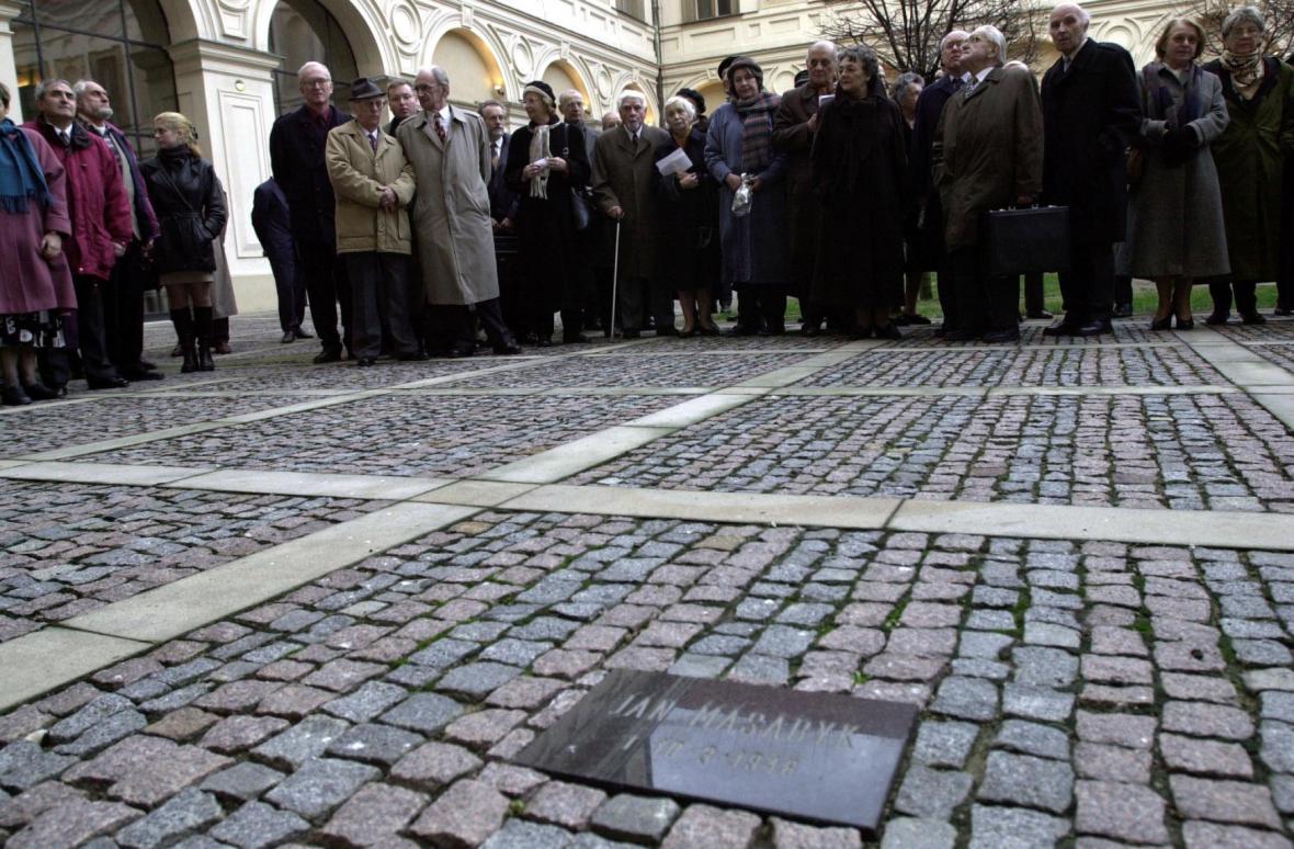 Pamětní deska na nádvoří Černínského paláce, kde byl nalezen Masaryk mrtev