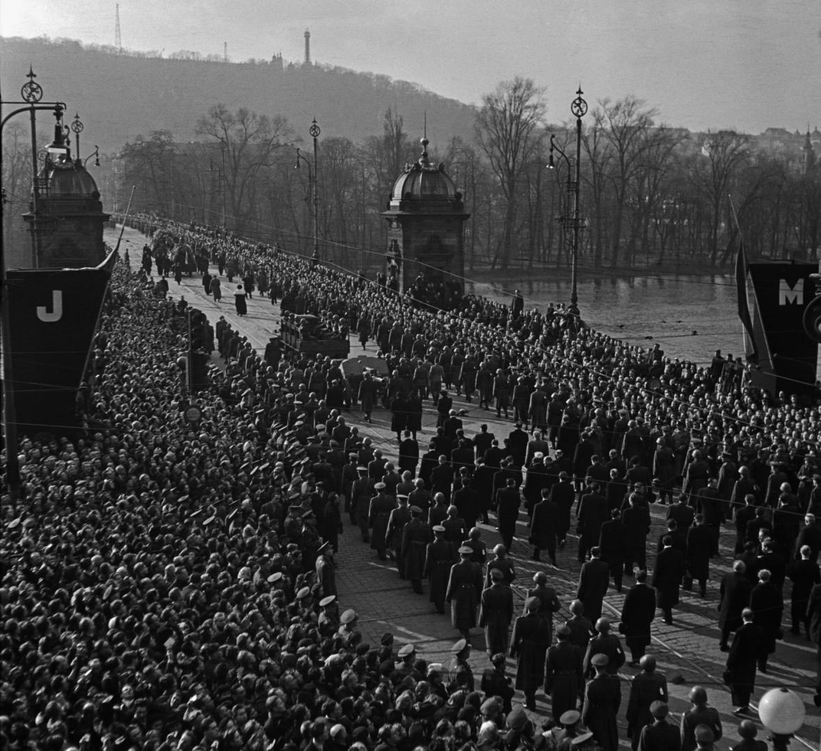 Pohřeb ministra zahraničních věcí Jana Masaryka 13. března 1948. Smuteční průvod na mostě Legií