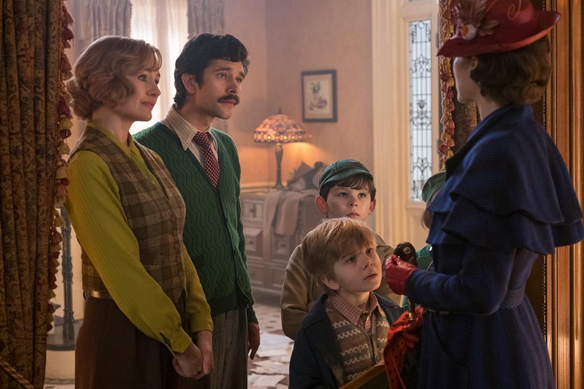 Emily Mortimerová a Ben Whishaw jako dospělé verze Jane a Michaela s dětmi a Mary Poppins