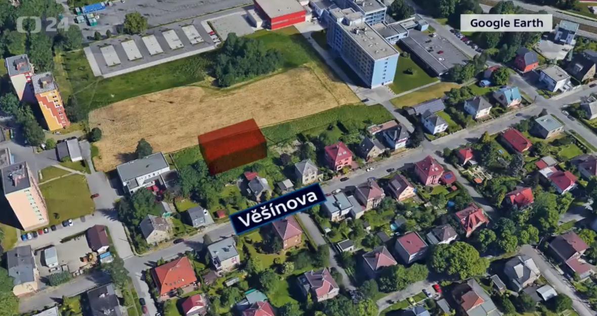 Kvůli stavbě třípodlažní budovy (naznačena červeně) se majitelé nízkých rodinných domů obávají ztráty soukromí