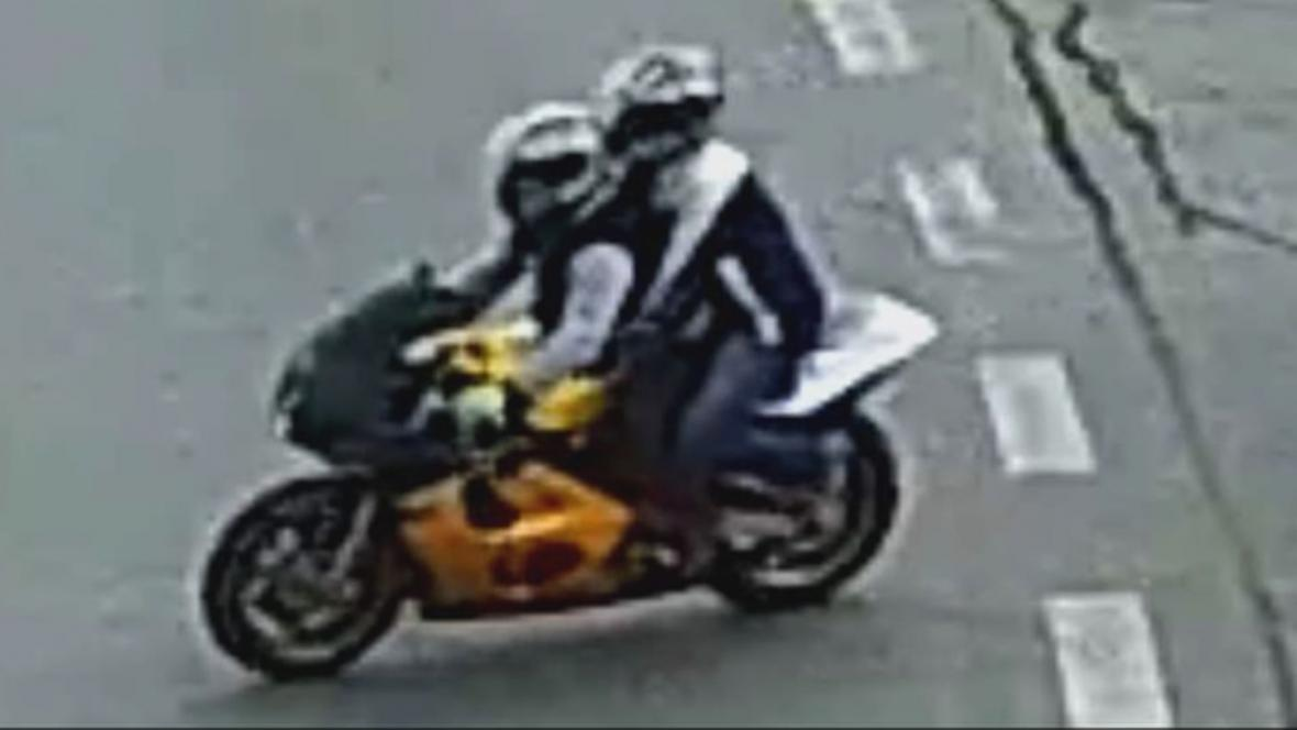 Pachatelé odjeli z místa činu na motorce