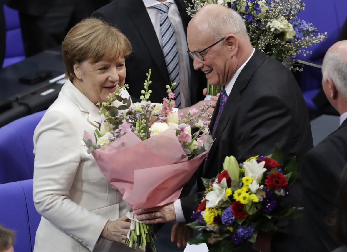 Angela Merkelová přijímá květiny krátce po svém zvolení kancléřkou