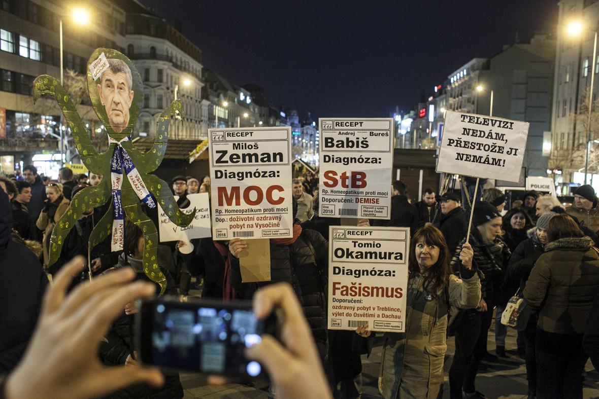 Na demonstraci za zachování svobody slova se na Václavském náměstí v Praze sešly stovky lidí. Nesouhlasí s výroky prezidenta Miloše Zemana proti médiím.