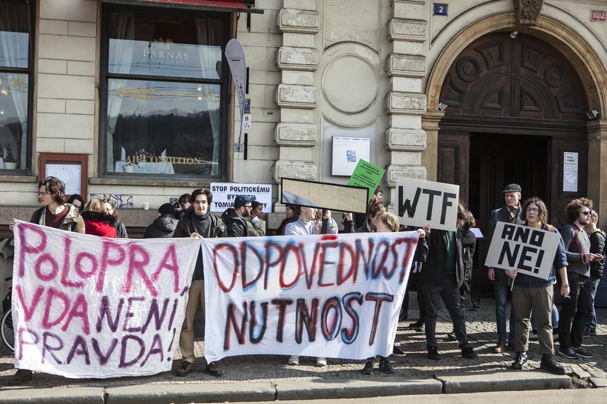 Stávka sudentů před budovou FAMU