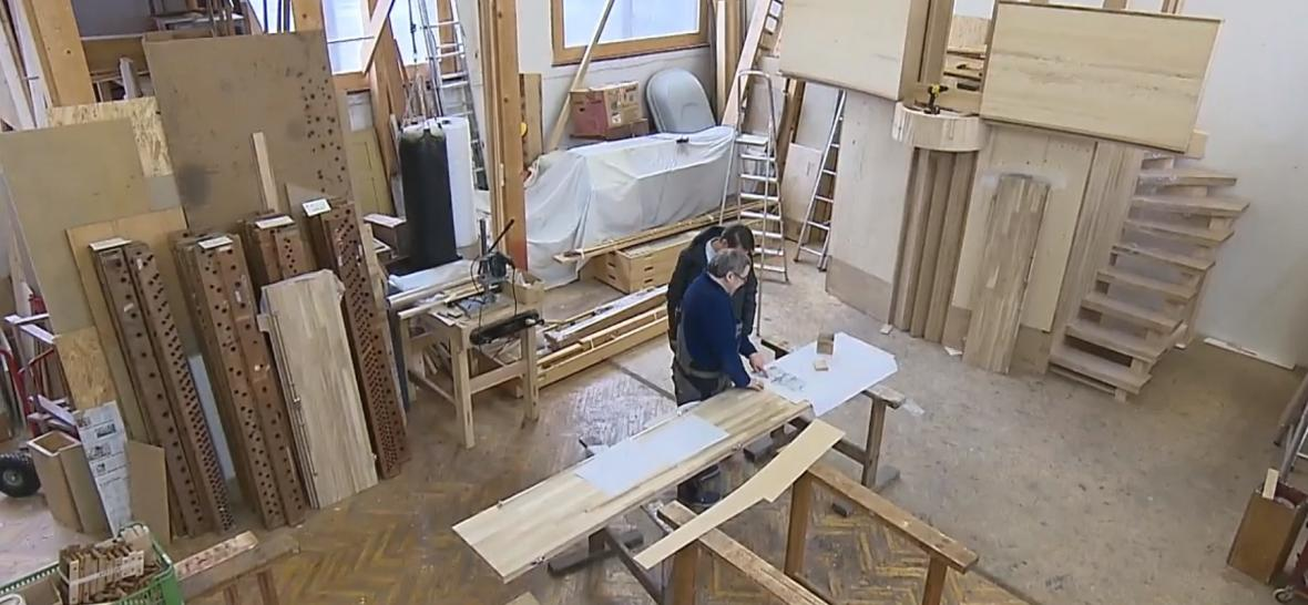 Josef Brachtl vyrábí varhany v bývalé tělocvičně
