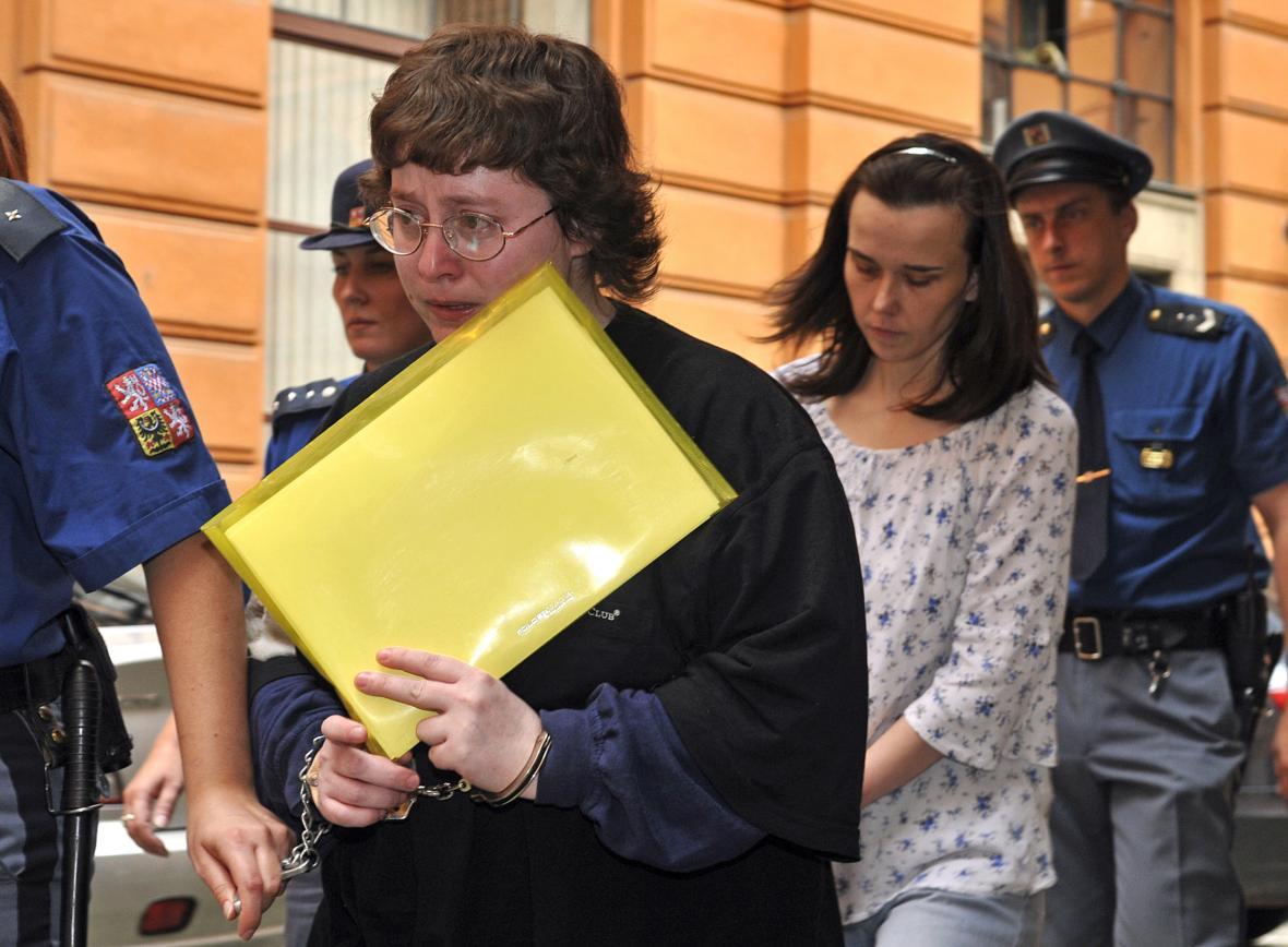 Barbora Škrlová (vlevo) a Kateřina Mauerová, teta týraných dětí, u soudu