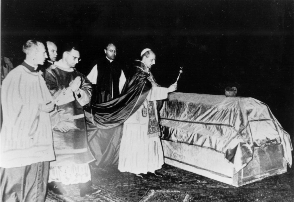 Papež Pavel VI. žehná ostatkům zesnulého kardinála Berana