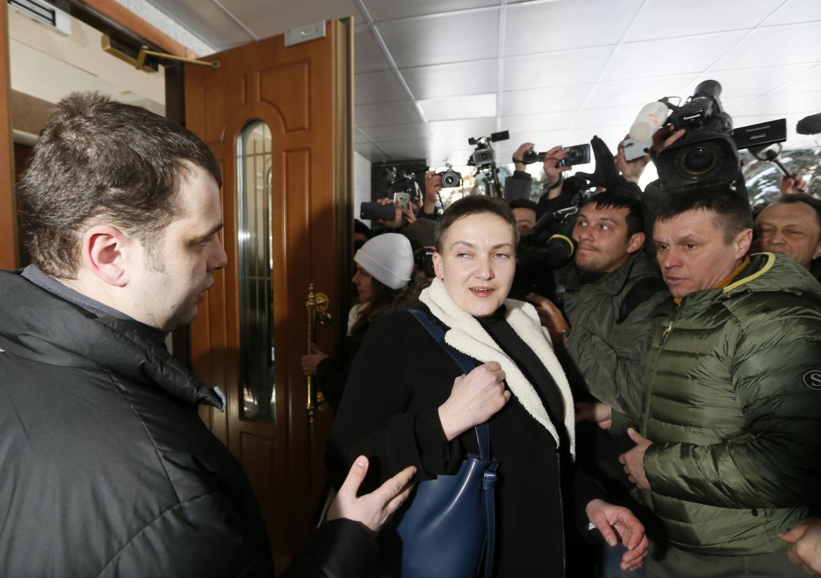 Agenti SBU vyvádějí Savčenkovou z parlamentu