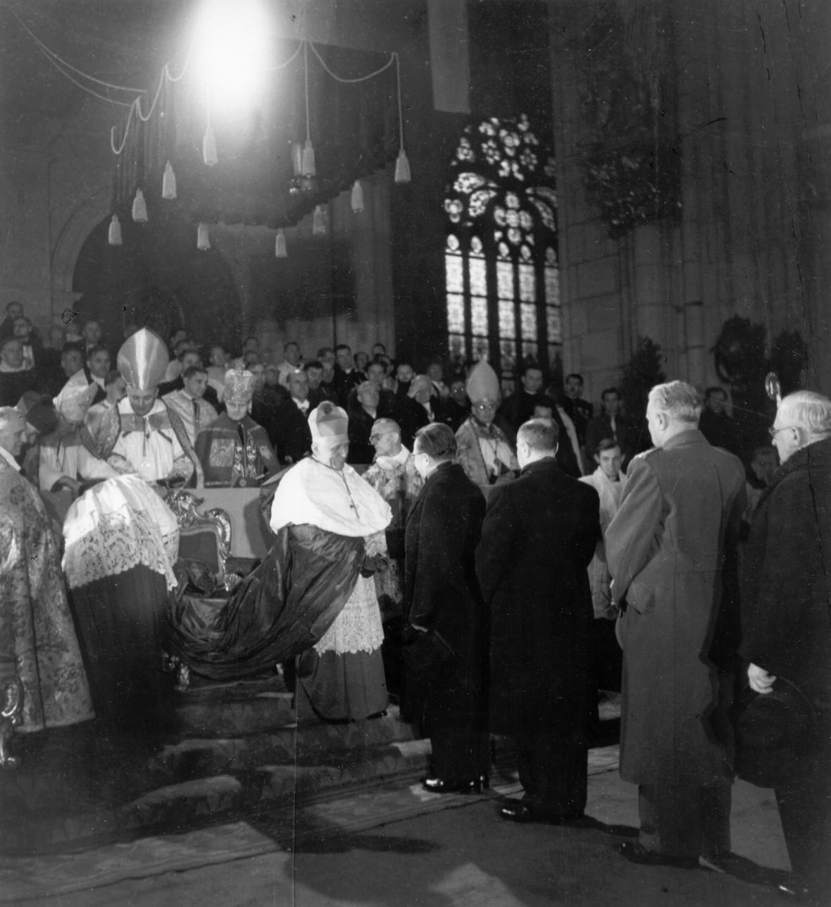 Do úřadu pražského arcibiskupa byl Josef Beran slavnostně vysvěcen a nastolen 8. prosince 1946