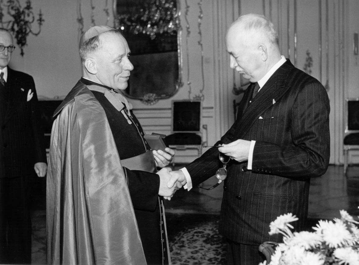 Arcibiskup Josef Beran při setkání s prezidentem Edvardem Benešem
