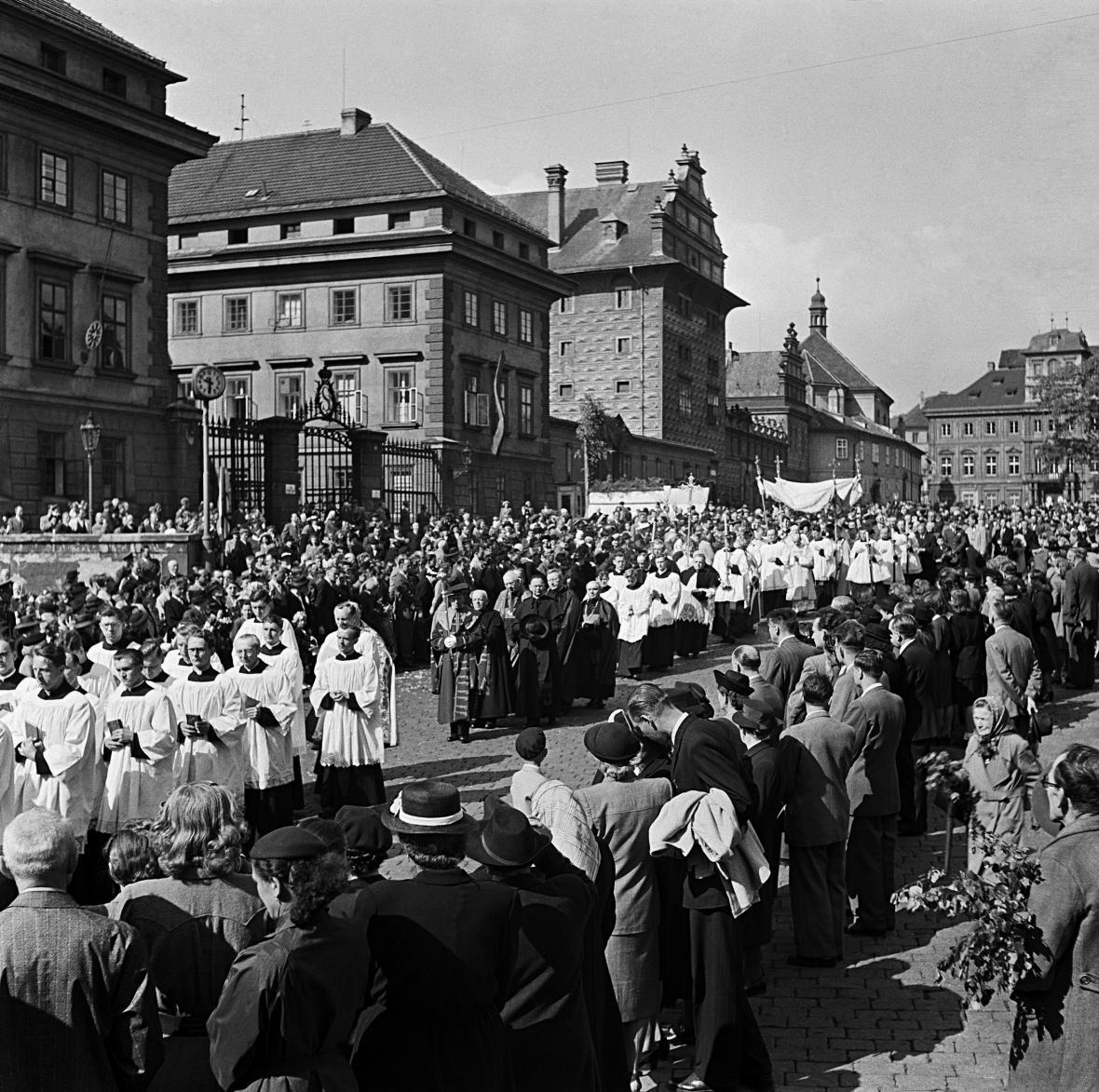 Průvod při slavnosti Božího těla v roce 1948. O rok později po ní arcibiskup Beran skončil v domácím vězení