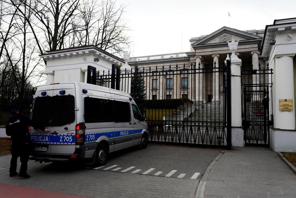 Policejní auto před ruskou ambasádou ve Varšavě