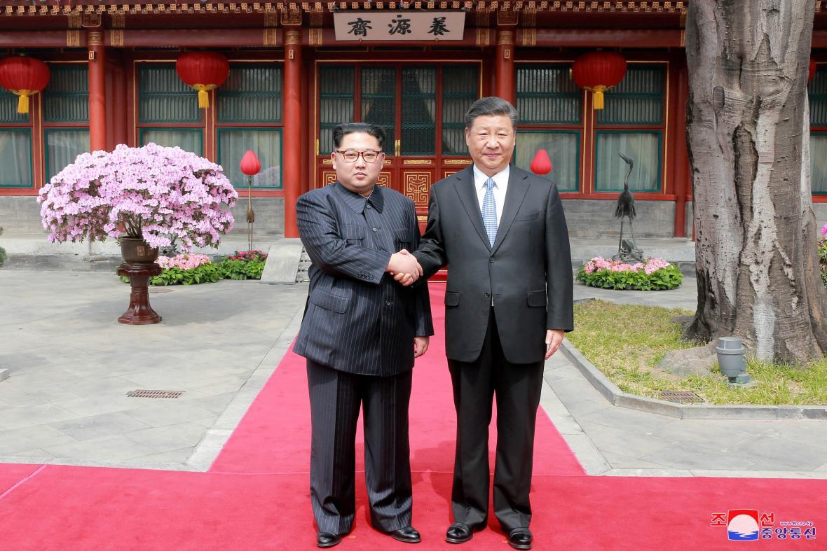 Kim Čong-un se Si Ťin-pchingem na fotografii zveřejněné severokorejskou agenturou KCNA