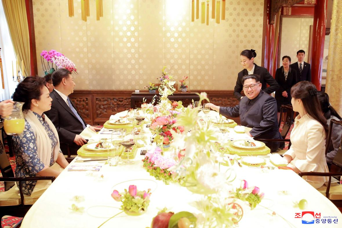 Hostina pro Kim Čong-una a jeho manželku (fotografie agentury KCNA)