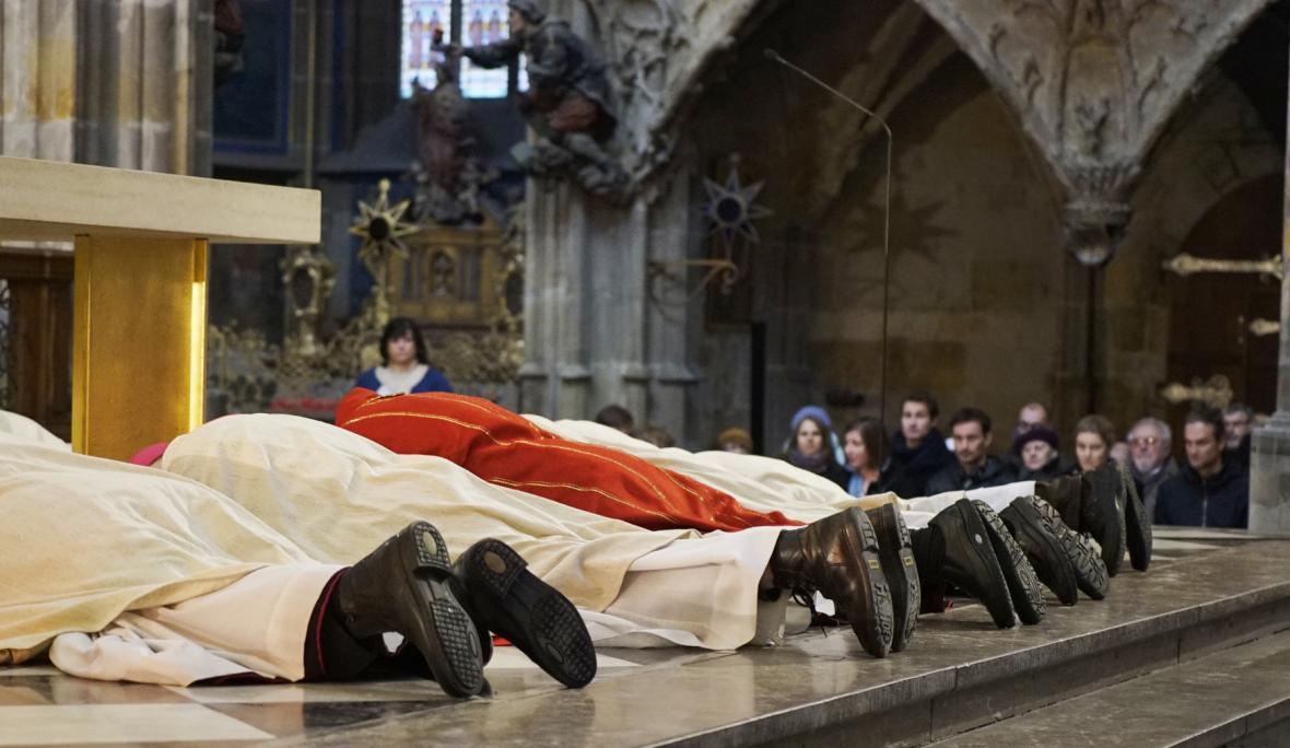 Obřad na Velký pátek v katedrále svatého Víta