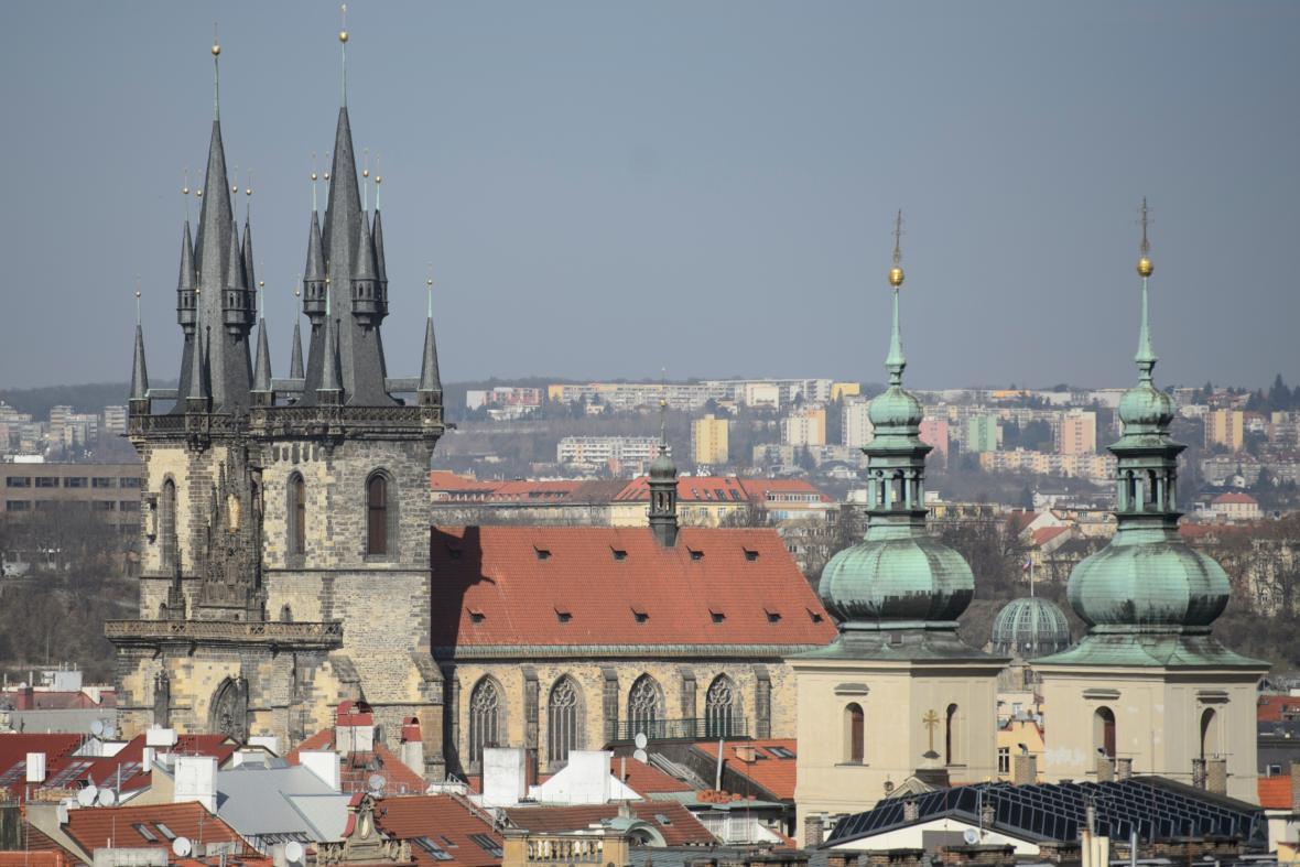 Týnský chrám a věže kostela svatého Havla