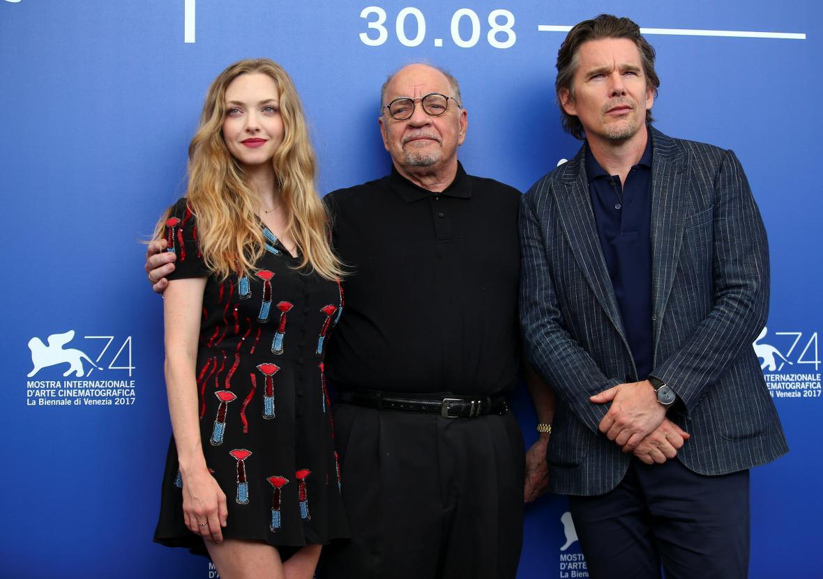 Režisér Paul Schrader (uprostřed) s herci filmu First Reformed Amandou Seyfriedovou a Ethanem Hawkem