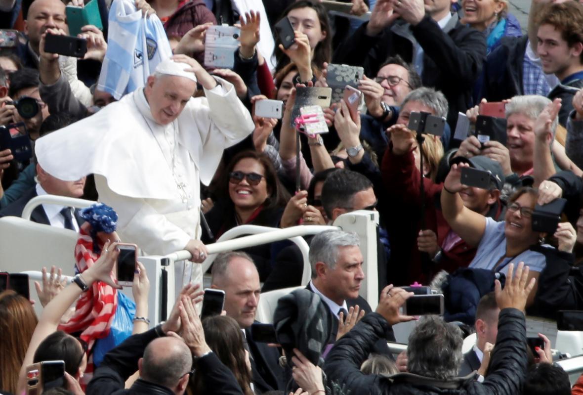 Papež František v davu svých příznivců