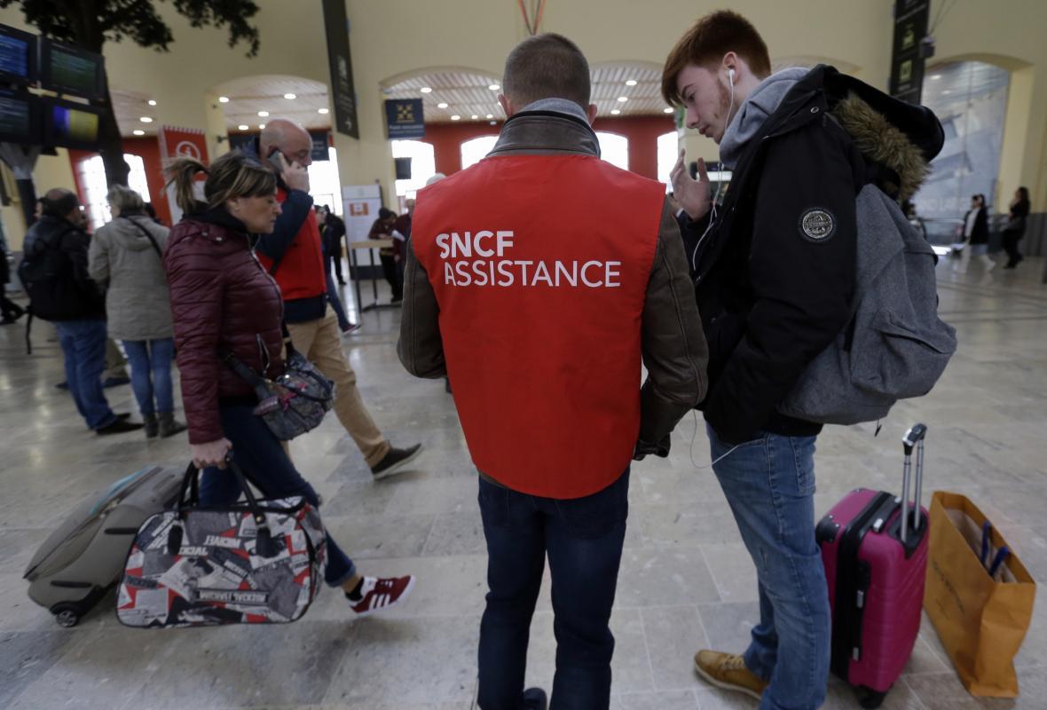 Železniční a leteckou dopravu ve Francii ochromila stávka