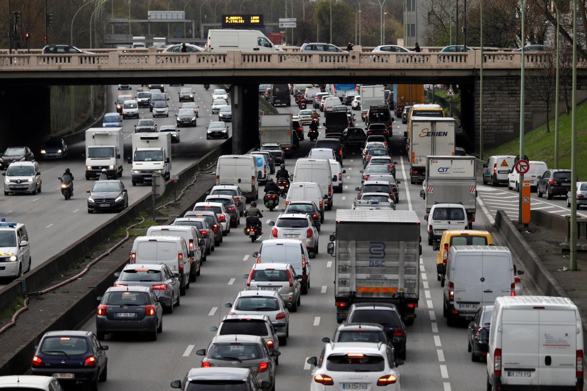 Stávka na železnici poslala Francouze do aut. Doprava na dálnicích v okolí Paříže kolabovala