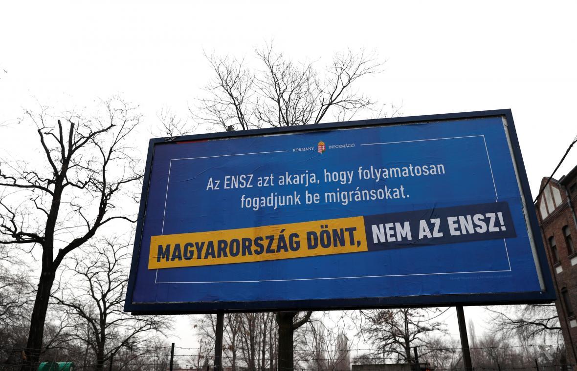 Vládní billboard hlásající, že OSN požaduje, aby Maďarsko přijímalo migranty