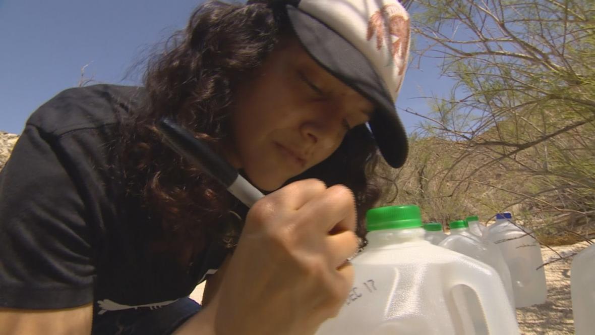 Dobrovolnice píše migrantům na galony s vodou vzkazy