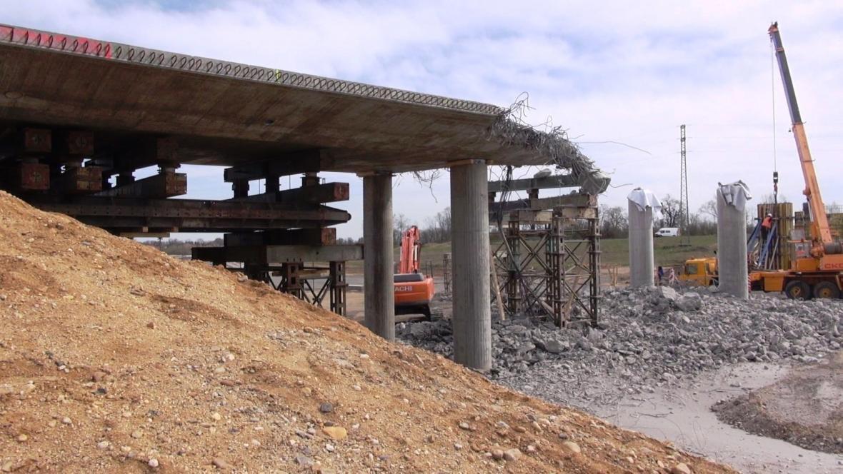 Nový most na dálnici D7 musí stavbaři zbourat a postavit znovu