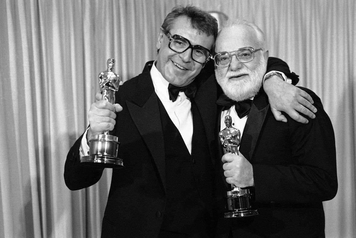 Miloš Forman a producent Saul Zaentz s Oscary za film Amedeus (1985)
