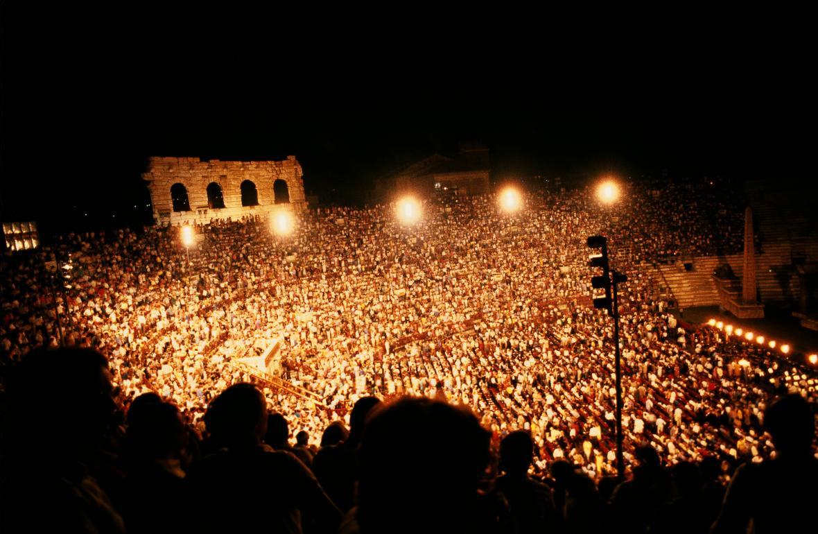 Publikum ve verónském amfiteátru během představení Verdiho Aidy v roce 2012