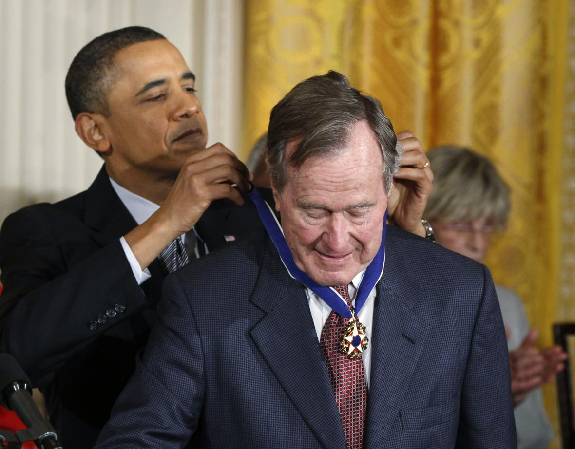 Barack Obama udělil Georgi Bushovi v roce 2011 Prezidentskou medaili svobody