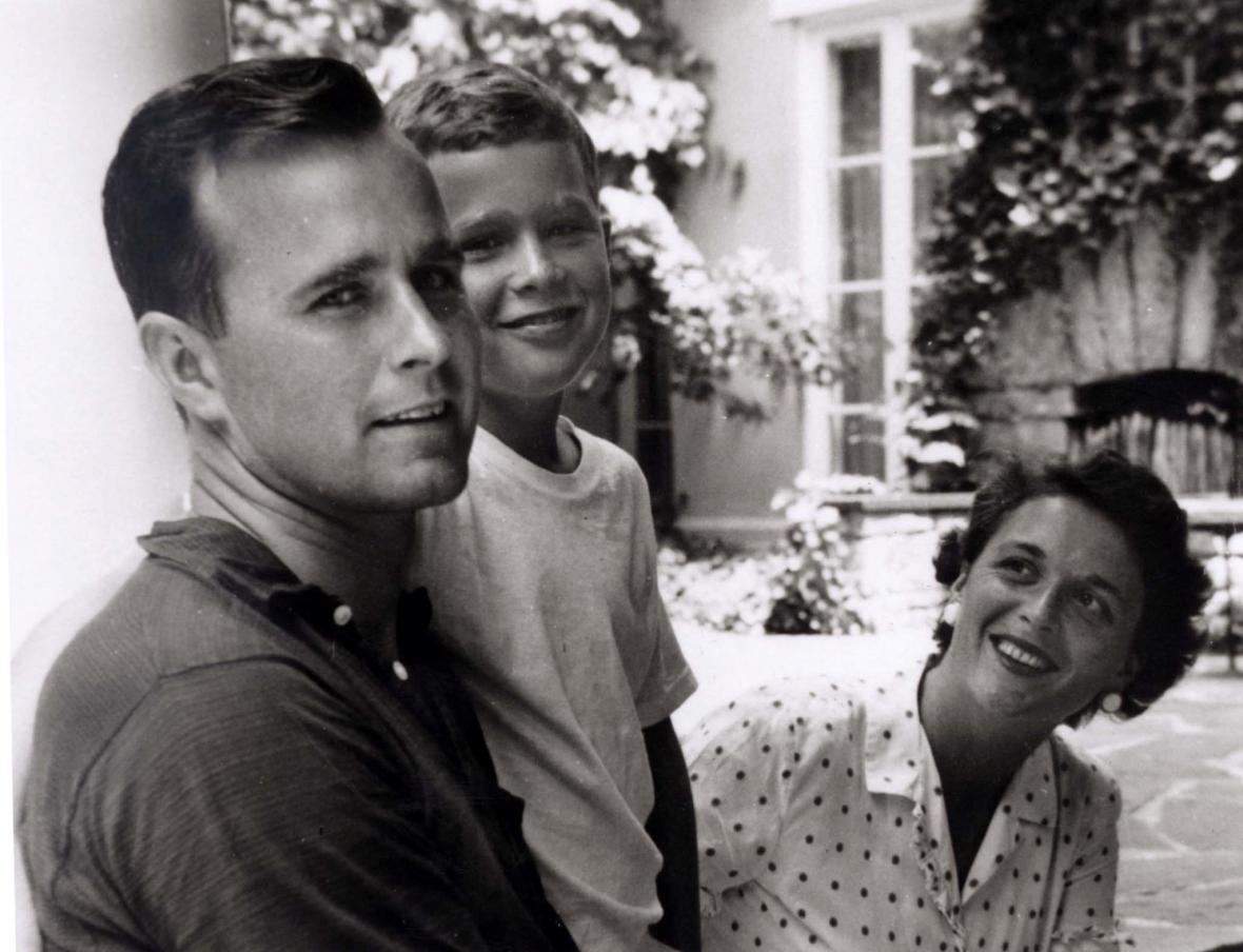Barbara a George Bushovi se svým nejstarším synem Georgem v létě 1955