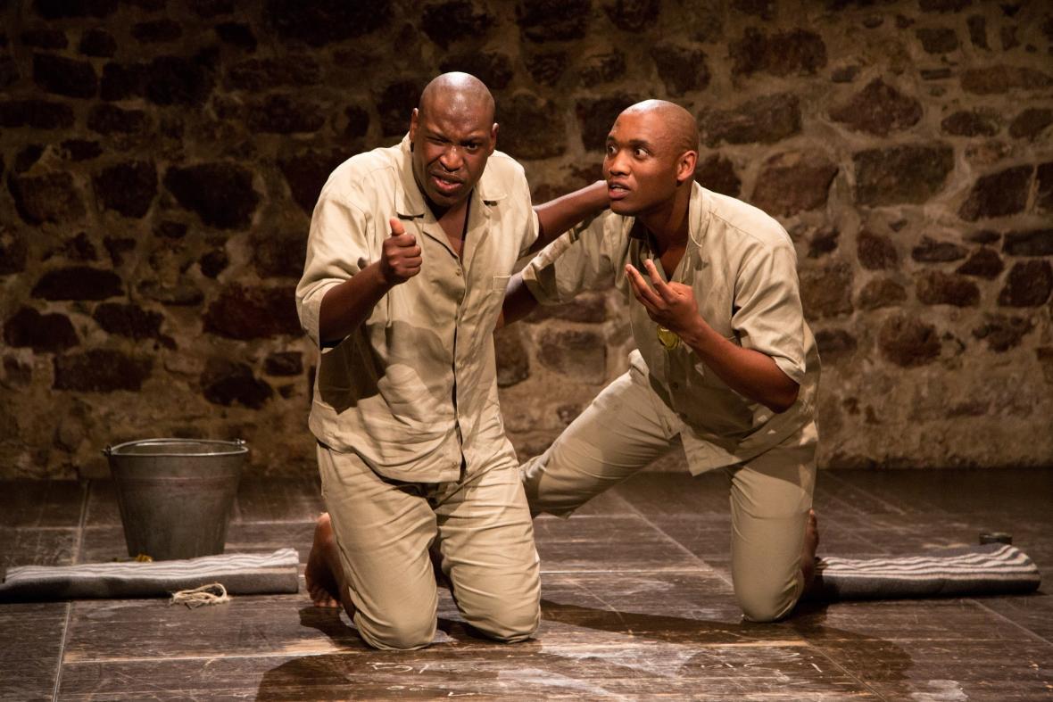 Hra Ostrov v podání dvojice černošských herců z Kapského města